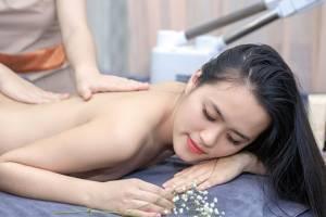 Massage lưng giảm đau do thoát vị đĩa đệm