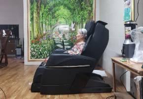 Người cao tuổi nên có một chiếc ghế massage tại nhà